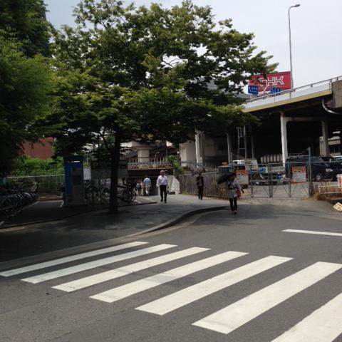 駅前ロータリーを右手方向へ進むと横断歩道があります。