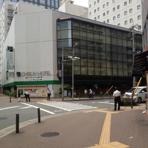 150メートルほど南へ進み、ホテルマイステイズ新大阪コンファレンスセンターの交差点を右折してください。